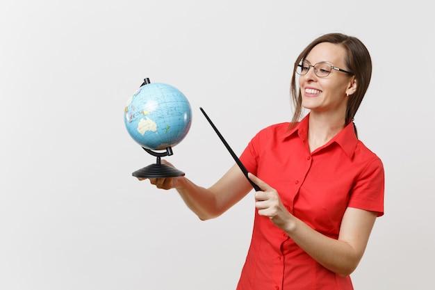 地球儀と白い背景で隔離の木製教室ポインターを保持している赤いシャツスカートメガネのビジネス教師の女性の肖像画。高校大学の概念における教育教育。スペースをコピーします。