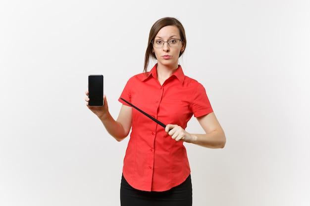 빨간 셔츠를 입은 비즈니스 교사 여성 사용자의 초상화는 흰색 배경에 격리된 공간을 복사하기 위해 빈 검은색 빈 화면이 있는 모바일 스마트폰을 들고 있습니다. 고등학교 대학에서 교육 교육 conc