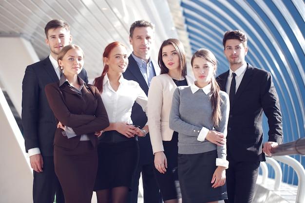 Портрет деловой команды мужчин и женщин в современном здании