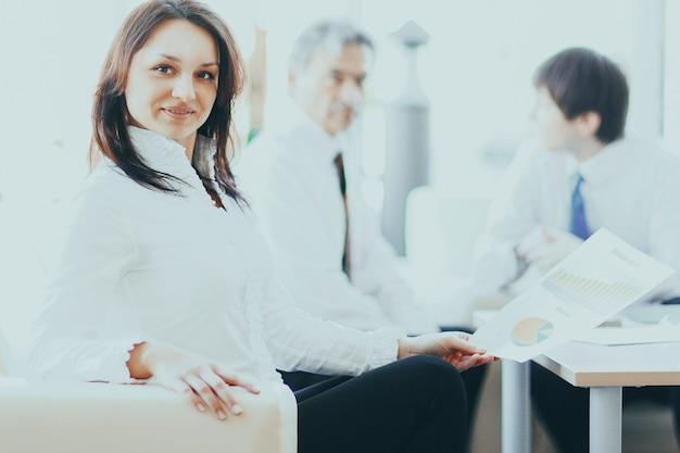 同僚の背景にビジネスウーマンの肖像画。コピースペースと写真