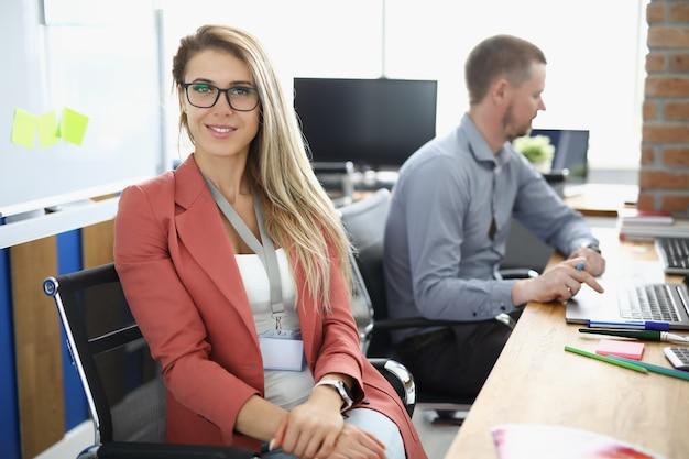 Портрет деловой женщины в очках в рабочем офисе