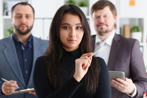 Businessladyとオフィスで2人のビジネスマンの肖像画