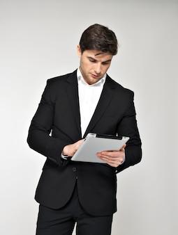 パッドと黒のスーツを着たビジネスマンの肖像画。コンセプトコミュニケーション。