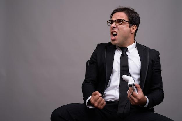 Портрет бизнесмена в костюме, играя в игры