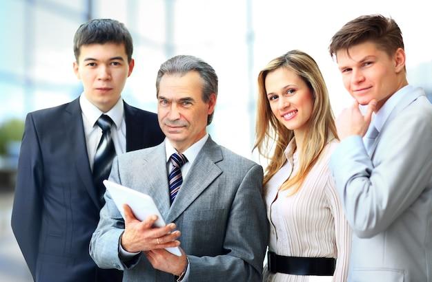 オフィスで彼のチームを率いるビジネスマンの肖像画