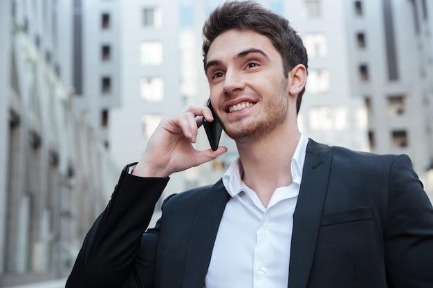 Портрет бизнесмена разговаривает по телефону