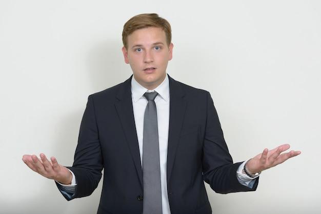Портрет бизнесмена со светлыми волосами в костюме