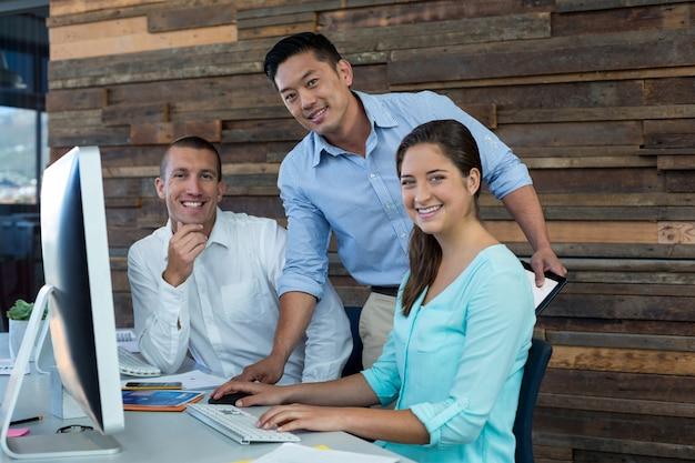 Портрет бизнесменов, улыбка на стол