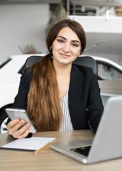 Портрет деловой женщины в офисе