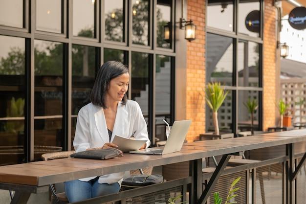 Портрет деловой женщины в кафе с помощью ноутбука