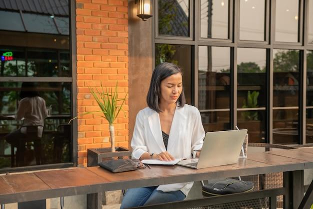 ノートパソコンを使用してカフェで実業家の肖像画