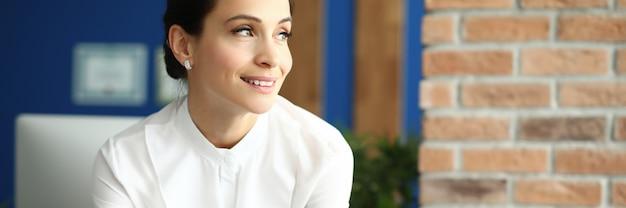 Портрет деловой женщины в белой рубашке в офисе
