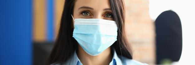 사무실에서 보호 의료 마스크에 사업가의 초상화. 바이러스 및 질병 마스크 개념