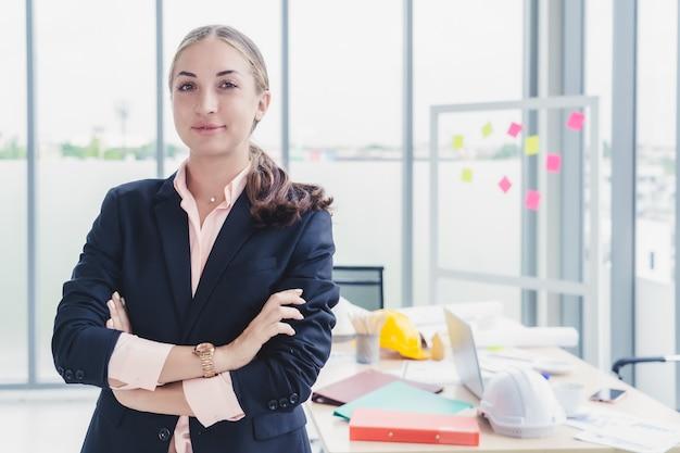 현대 사무실에서 사업가 또는 엔지니어 건축가의 초상화