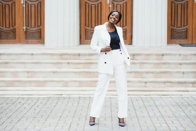 Портрет деловой женщины за пределами офиса