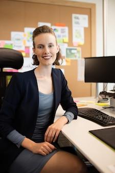 Портрет деловой женщины, сидящей на стуле в офисе