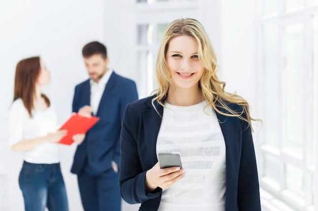 Портрет бизнесвумен, говорить на мобильном телефоне в офисе