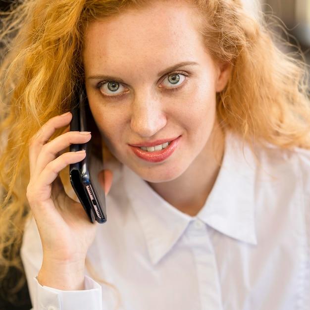 Портрет деловой женщины разговаривает по телефону