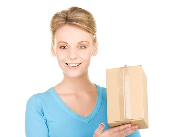 Портрет деловой женщины с посылкой на белой стене