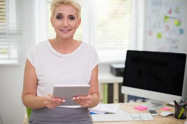 彼女のオフィスで忙しい女性の肖像画
