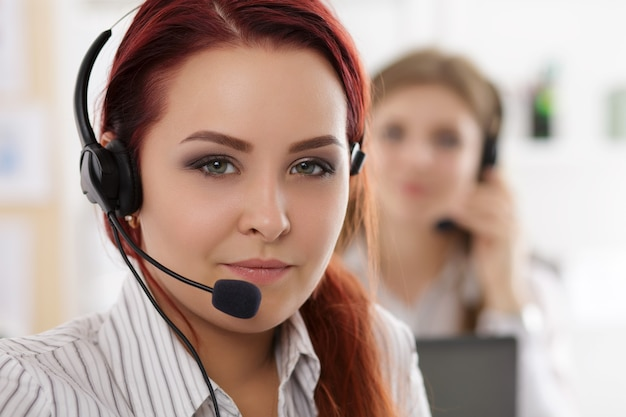 그녀의 팀과 함께 콜 센터 노동자의 초상화. 직장에서 웃는 고객 지원 연산자
