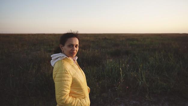 노란색 재킷을 입은 차분한 젊은 혼혈 여성 초상화