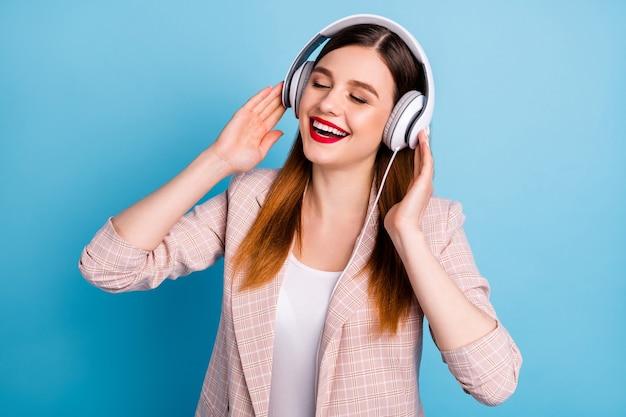 Портрет откровенной довольной девушки слушает радио плейлист с наушниками