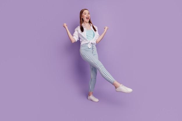 のんきおかしい女性の肖像画は紫色の背景に勝利を祝う