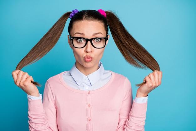 のんきな遊び心のある女の子の大学生のタッチポニーテールの肖像画は、エアキスを送信します