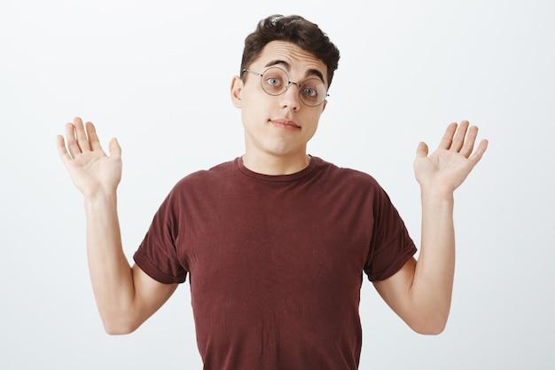 丸いメガネとtシャツで不注意な知らないヨーロッパの男性同僚の肖像画