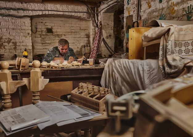 Портрет плотника, мастера в столярной мастерской. художник на работе, хобби, как профессия. искусство, мастерство, концепции предметов ручной работы