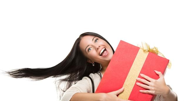 모션 선물 빨간색 상자를 들고 캐주얼 행복 웃는 여자의 초상화.