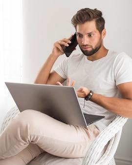 在宅勤務のカジュアルな男性の肖像画 Premium写真