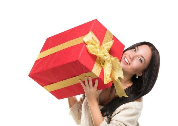 캐주얼 젊은 행복 한 웃는 여자의 초상화 잡고 빨간색 선물 상자