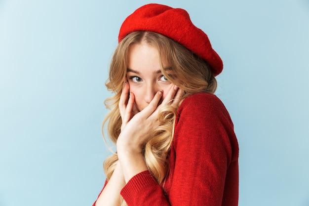赤いベレー帽を隠してcを身に着けている白人の金髪女性20代の肖像画