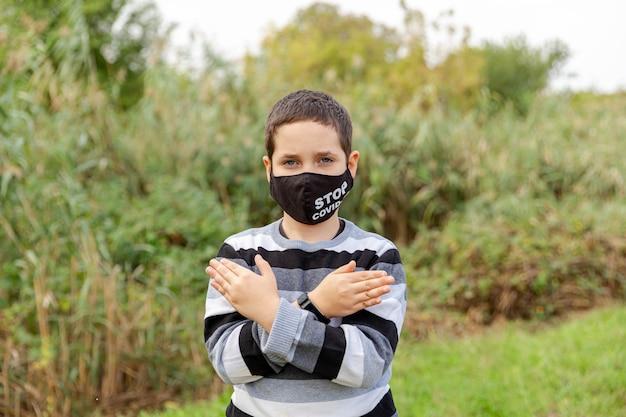 보호 마스크에 백인 소년의 초상화
