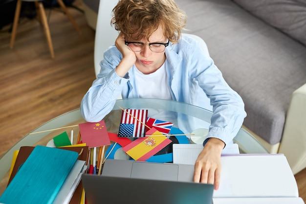 自宅で勉強している白人の少年の肖像画