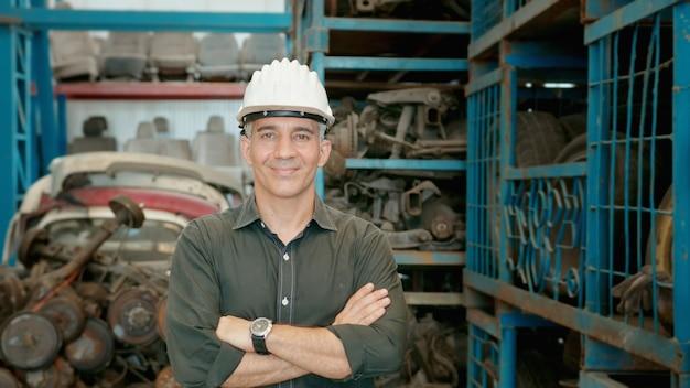무거운 산업 공장 엔진 부품 공장에서 일하는 백인 공학 사람들의 초상화.