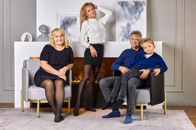 거실에서 저녁 시간 동안 백인 가족의 초상화