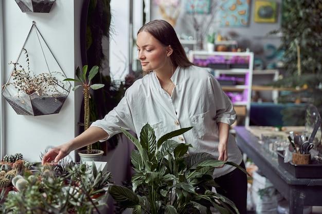 자체 꽃집 가게에서 백인 여성 꽃집의 초상화
