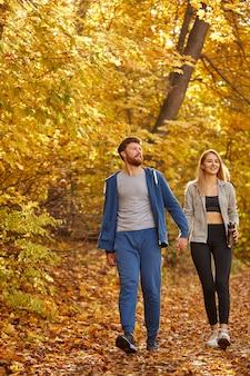 一緒に時間を過ごし、歩いている白人の素敵なカップルの肖像画