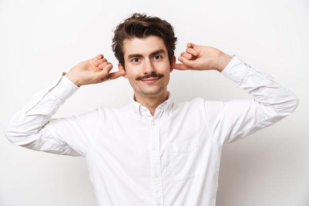 백인 mustached 남자 셔츠를 입고 전면을보고 흰색에 고립 된 그의 귀를 연결의 초상화