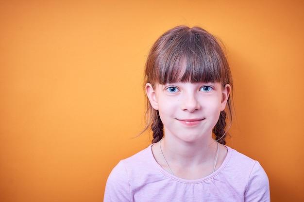 2つのおさげの白人の10代の少女の肖像画