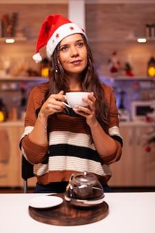웃는 산타 모자와 백인 여자의 초상화