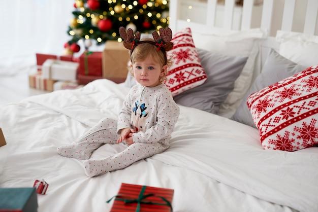 크리스마스 아침에 매력적인 아기의 초상화