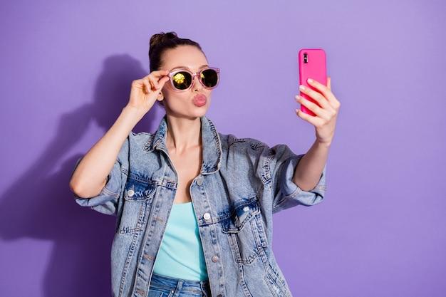 Портрет очаровательной девушки-блогера с помощью смартфона заставил подписчиков подписчиков