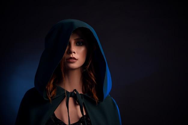 Портрет очаровательная девушка с красными волосами, глядя на камеру.