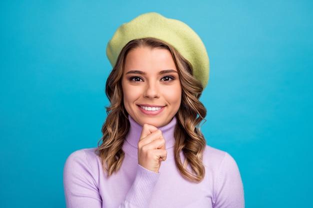 매력적인 사랑스러운 소녀 터치 손 턱의 초상화는 파란색 벽에 생각