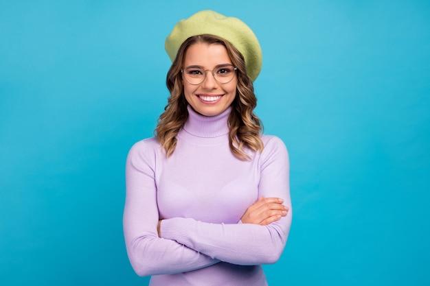 Портрет очаровательной девушки профессионального работника крест руки на синей стене
