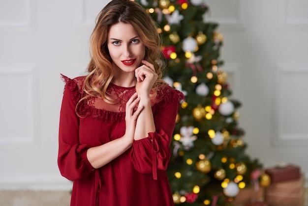 크리스마스에 매력적인 여자의 초상화